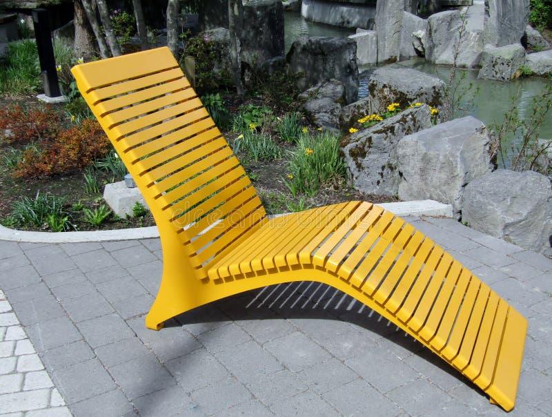 Cadeira de sala de estar exterior do metal moderno amarelo fotografia de stock