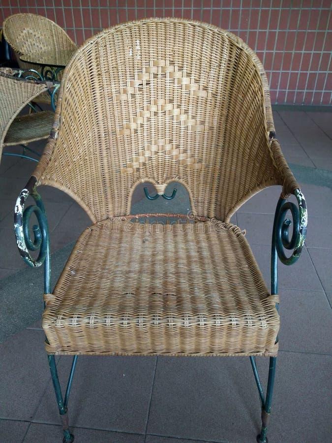 Cadeira de vime fora, cadeira de vime em um restaurante, cadeira de vime foto de stock