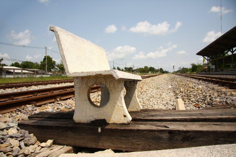 Cadeira do cimento no assoalho de pedra fotografia de stock royalty free