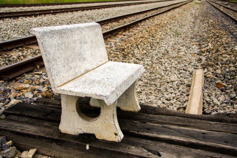Cadeira do cimento no assoalho de pedra fotos de stock royalty free