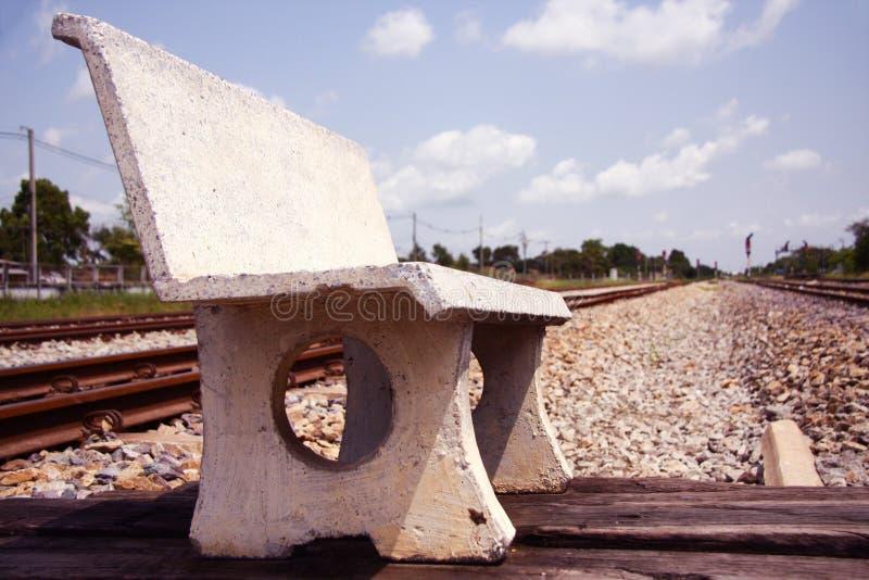 Cadeira do cimento no assoalho de pedra perto do estação de caminhos-de-ferro fotos de stock