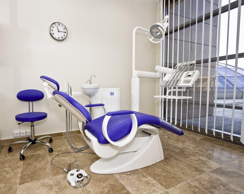 Cadeira do dentista moderno em um quarto médico. imagem de stock