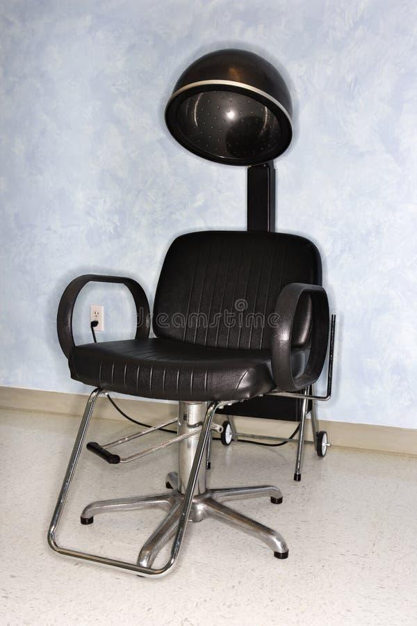 Cadeira do secador de cabelo no salão de beleza imagens de stock