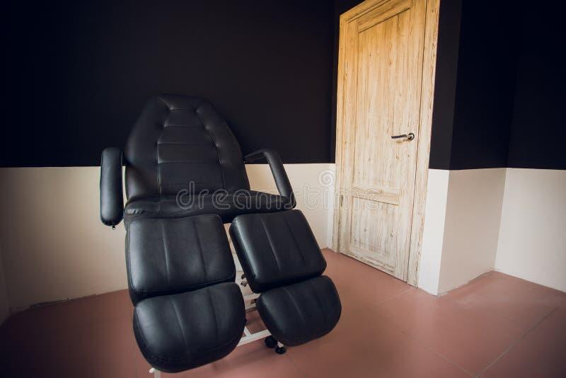 Cadeira do sofá preto do vintage na sala de visitas moderna imagem de stock royalty free