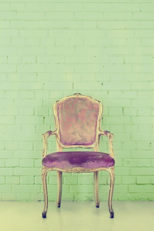 Cadeira do vintage na sala vazia com espaço da cópia fotografia de stock
