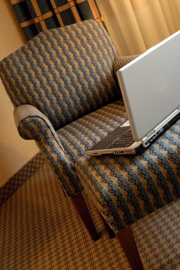 Cadeira e computador imagens de stock royalty free