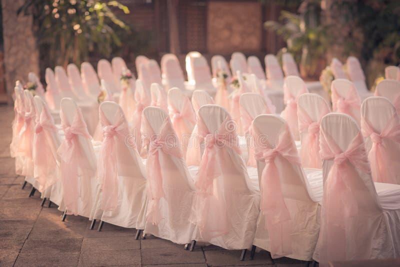 A cadeira e a fita bonitas para o casamento, podem ser uso para o fundo fotografia de stock