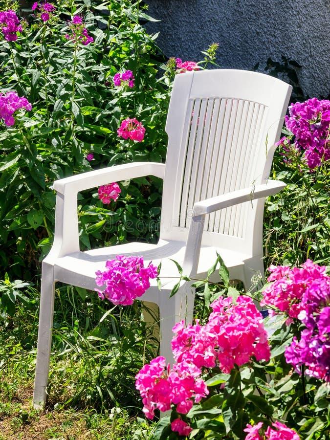 Cadeira e flores velhas fotos de stock