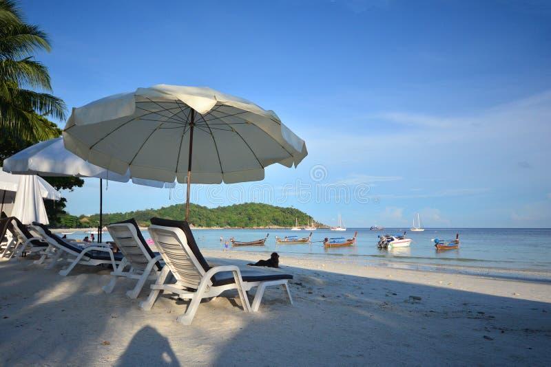 A cadeira e o guarda-chuva de praia na areia tropical idílico encalham Lipe, T fotos de stock royalty free