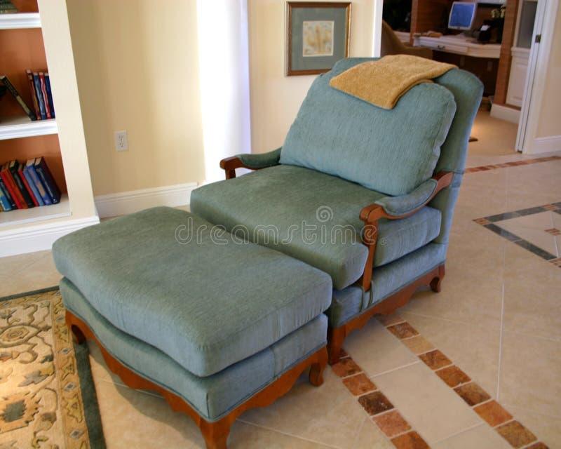 Cadeira e otomano confortáveis fotos de stock royalty free