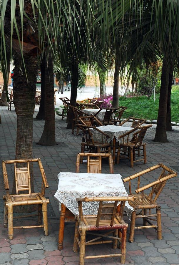 Cadeira e tabela de bambu imagens de stock royalty free