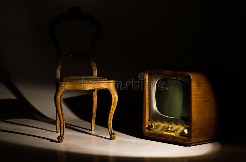 Cadeira e televisão antigas imagem de stock