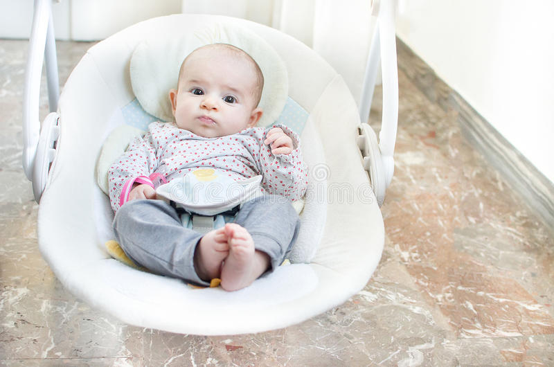 Cadeira elétrica automática do balanço recém-nascido do bebê do balanço imagens de stock royalty free