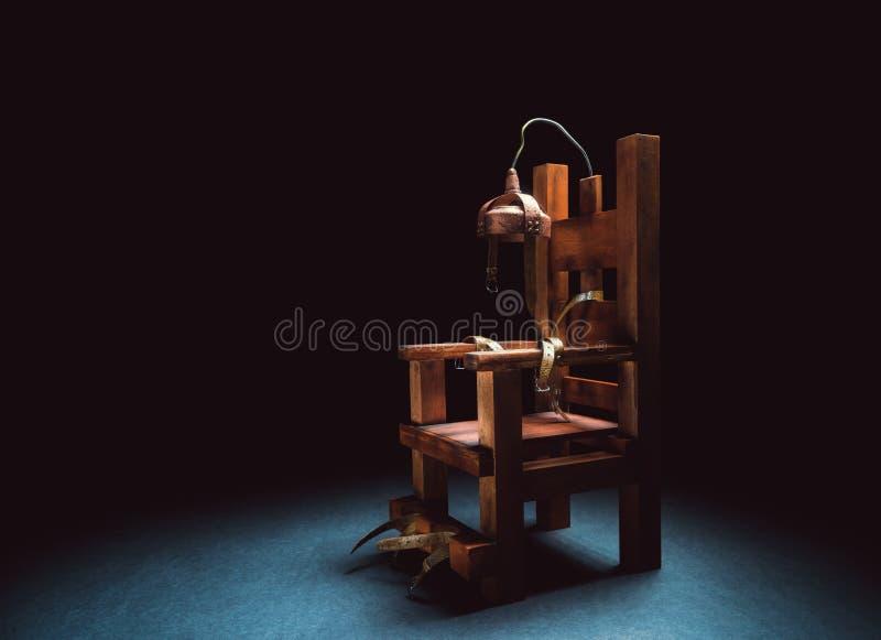 Cadeira elétrica sobre um fundo escuro fotografia de stock royalty free