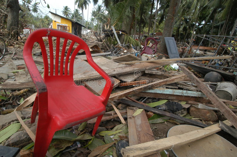 Cadeira em consequências do tsunami fotografia de stock