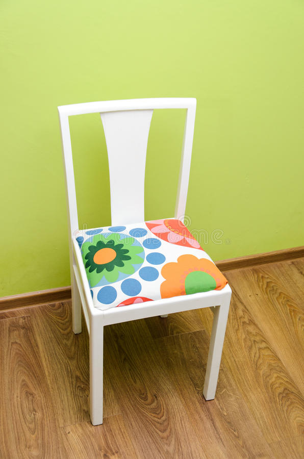 cadeira estofada recondicionada mão que enfrenta a parede foto de stock royalty free