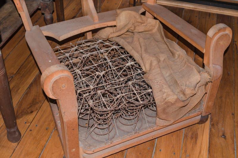 Cadeira estofada velha quebrada imagens de stock