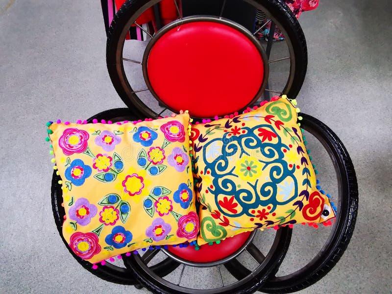 Cadeira feita das rodas de bicicleta fotografia de stock