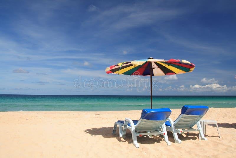 Cadeira gêmea na praia imagem de stock
