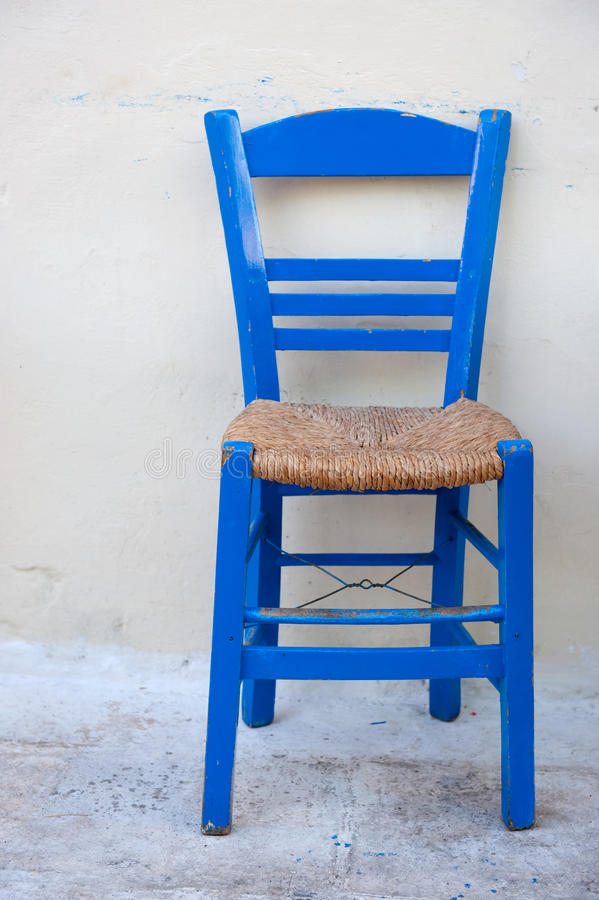 Cadeira grega azul típica imagens de stock royalty free