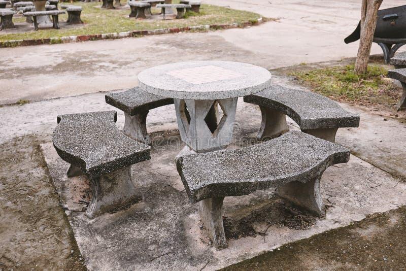 Cadeira mable da velha escola para o estudante na área do relaxamento na escola imagem de stock