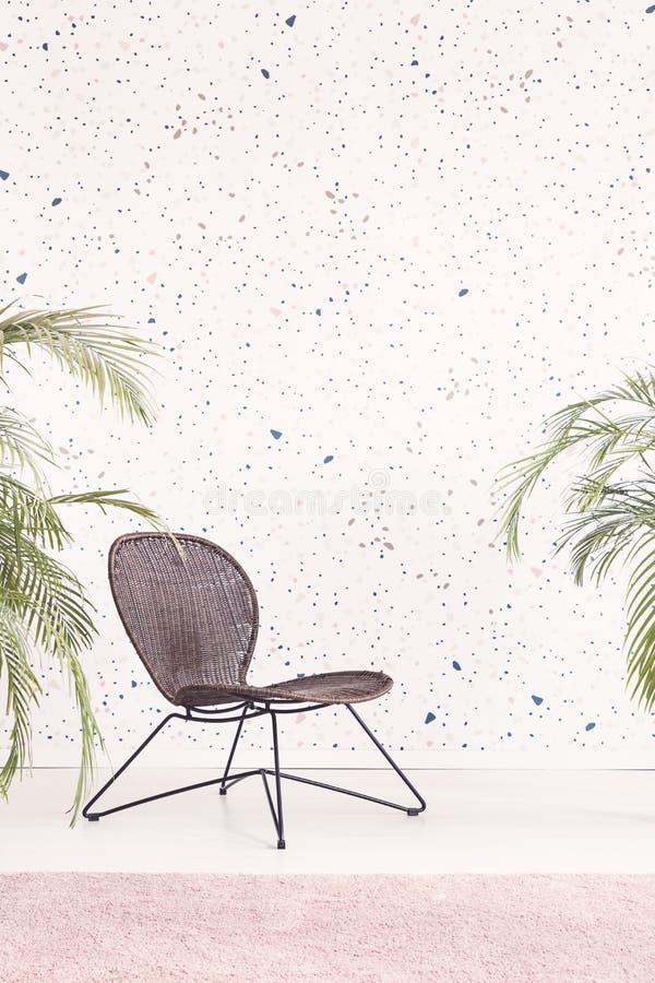 Cadeira moderna preta no interior liso brilhante com wallpa modelado imagem de stock