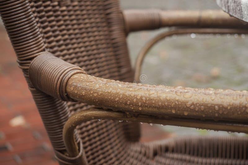 Cadeira molhada após a chuva no café da rua fotografia de stock royalty free
