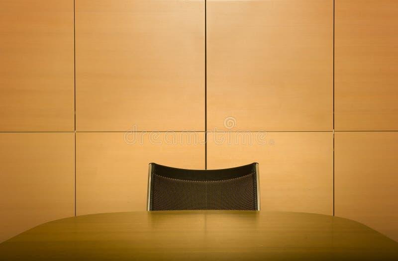Cadeira na tabela da sala de reuniões imagens de stock