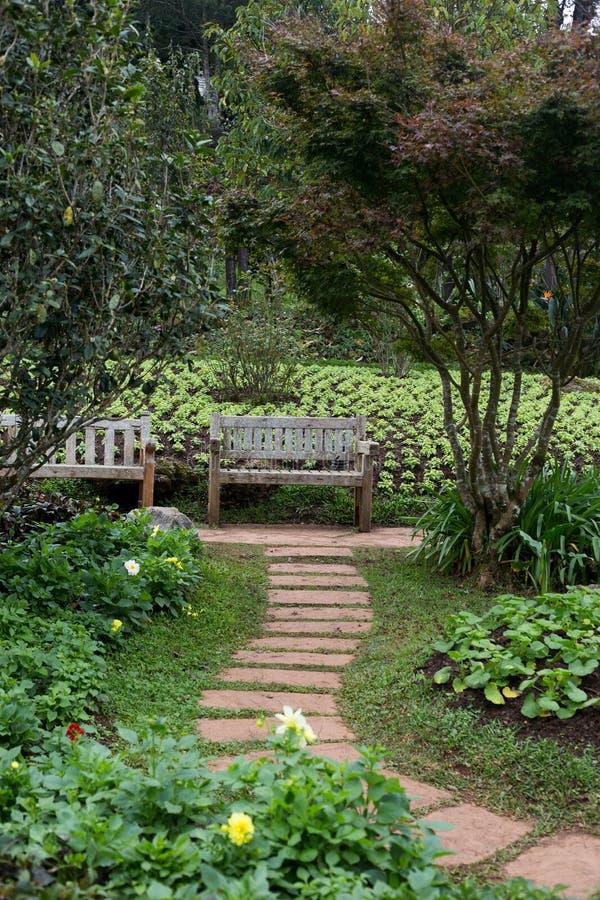 Cadeira no jardim fotografia de stock royalty free