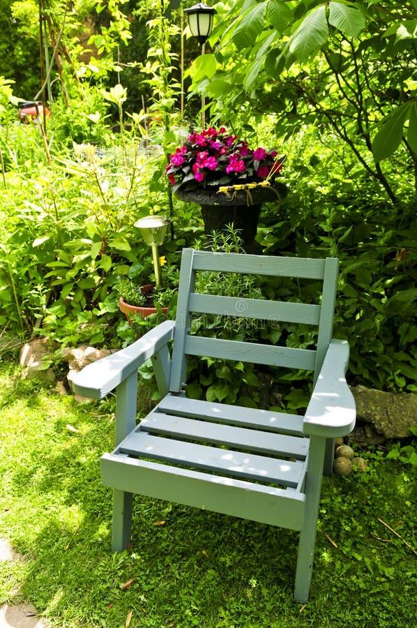 Cadeira no jardim verde imagens de stock