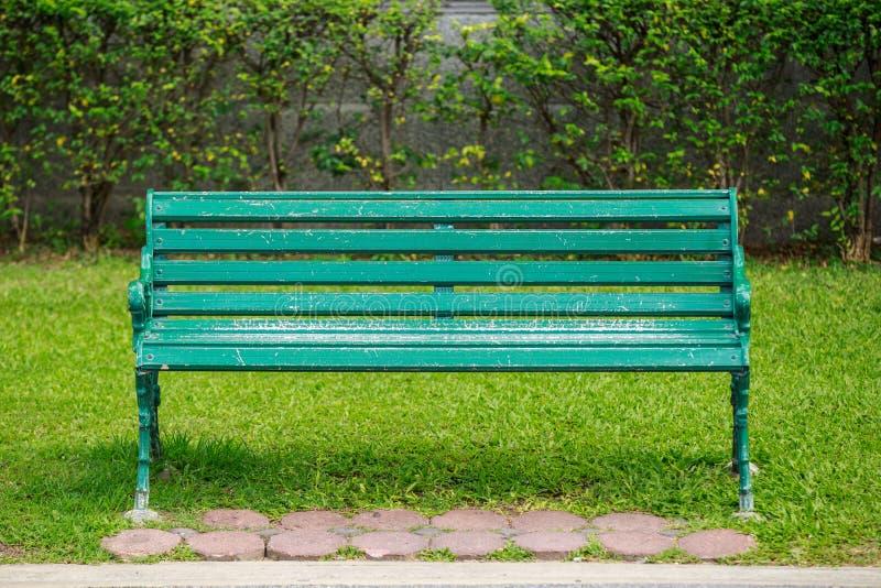 Cadeira no parque imagens de stock