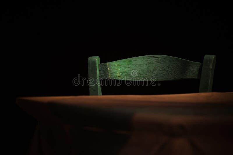 Cadeira no taverna na noite, nenhum pessoa, atmosfera romântica fotos de stock royalty free