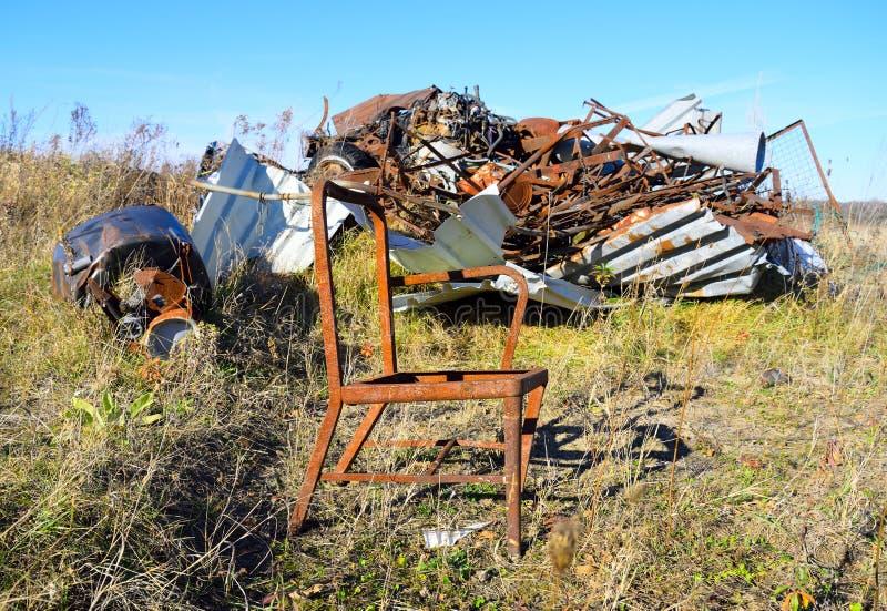 Cadeira oxidada com contexto da sucata de metal fotos de stock royalty free