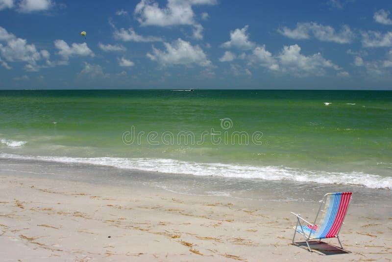 Cadeira pelo mar fotografia de stock
