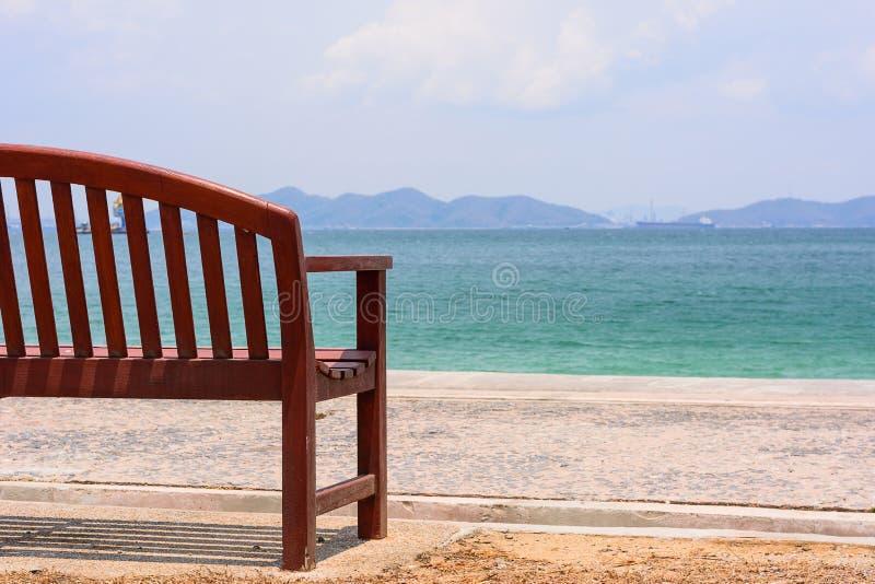 A cadeira pelo oceano fotografia de stock royalty free