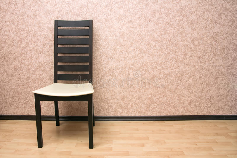 Cadeira perto da parede foto de stock royalty free
