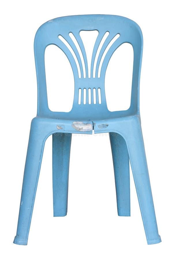 Cadeira plástica azul quebrada isolada no fundo branco imagem de stock royalty free