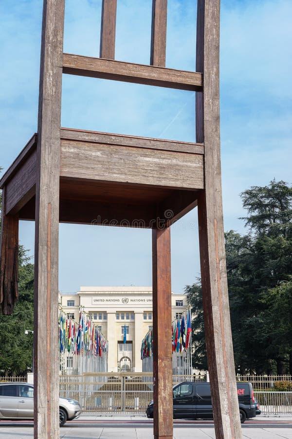 Cadeira quebrada em Genebra foto de stock