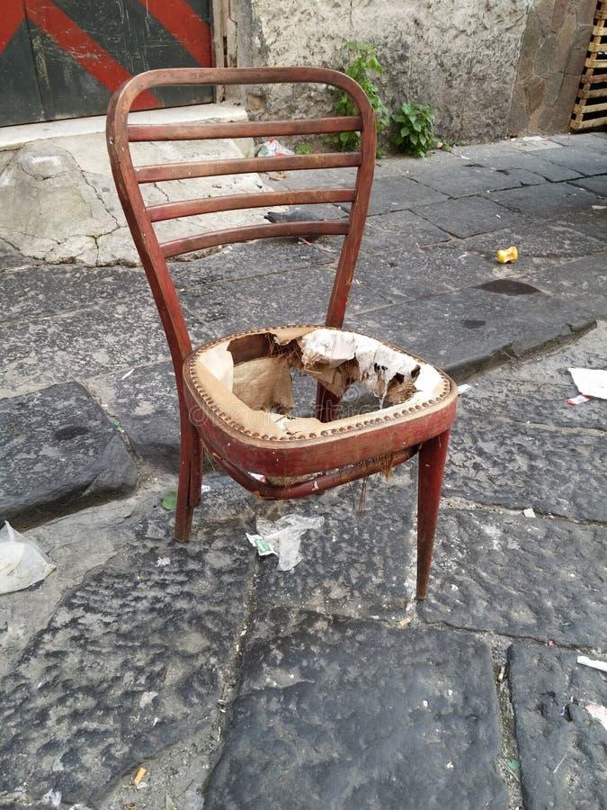 Cadeira quebrada velha imagem de stock