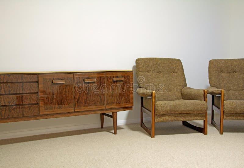 Cadeira retro e aparador do vintage do cintique imagens de stock