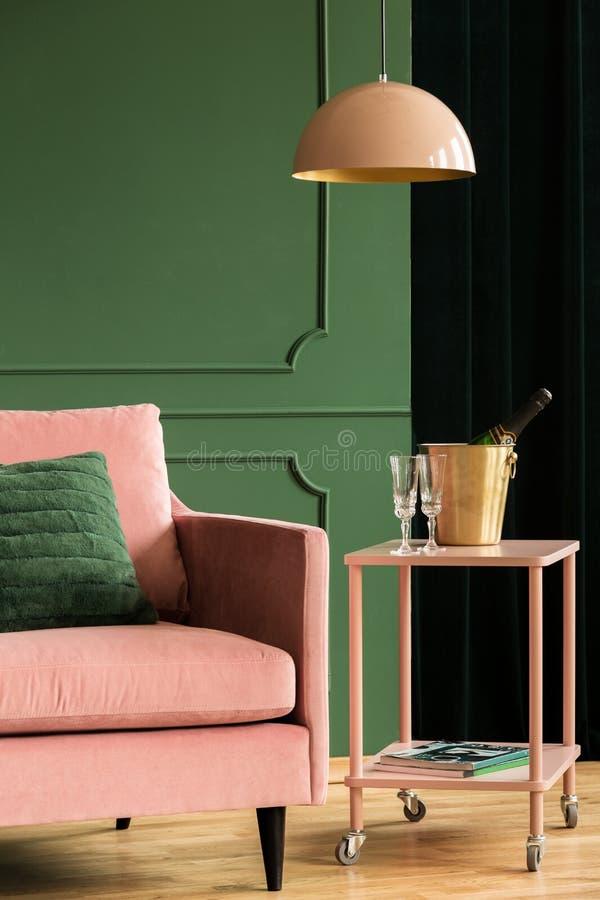 Cadeira rosa de veludo na sala de estar glamour imagens de stock