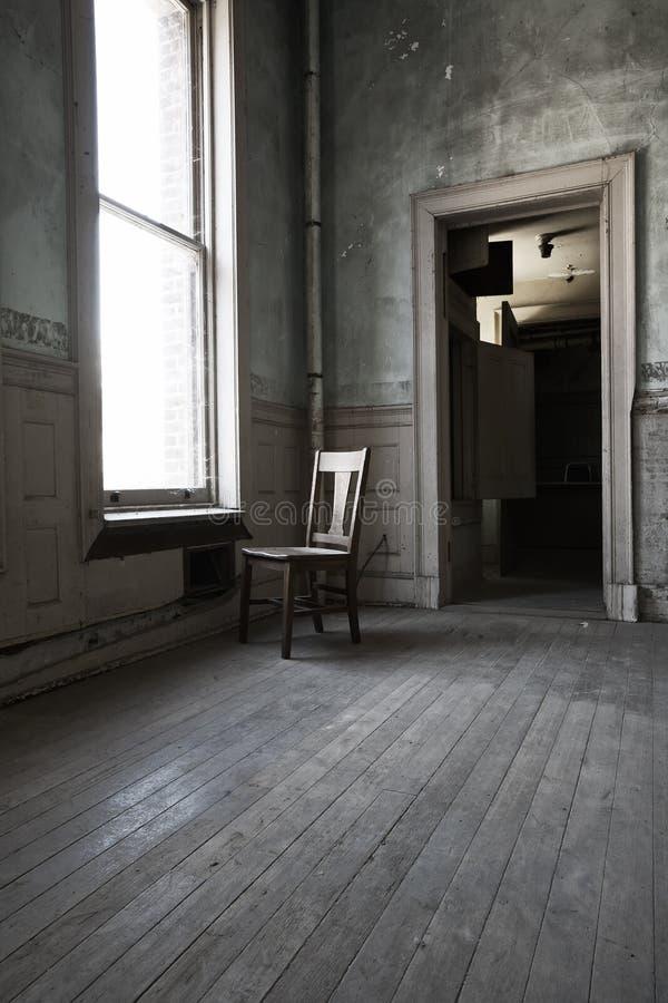 Cadeira só no quarto só foto de stock royalty free