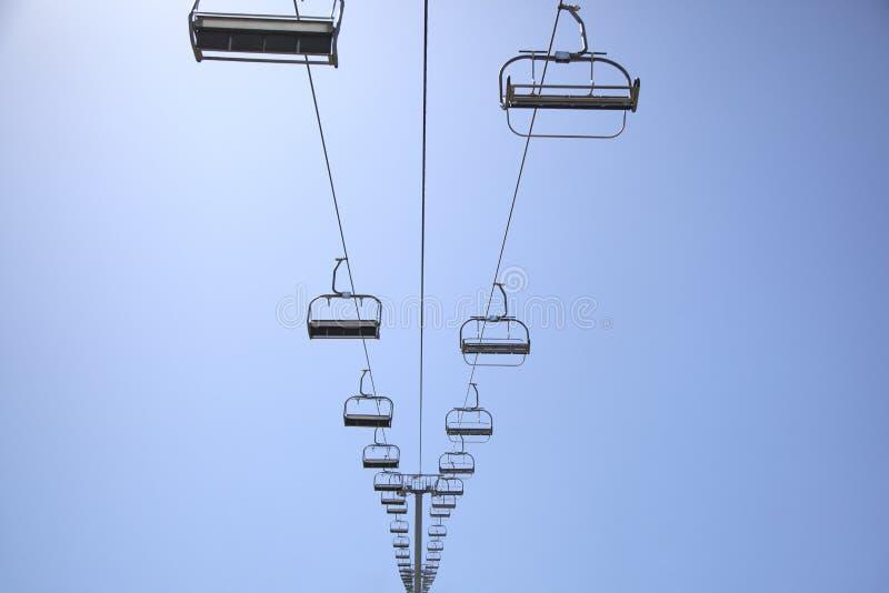 Cadeira Ski Lift On um céu azul foto de stock