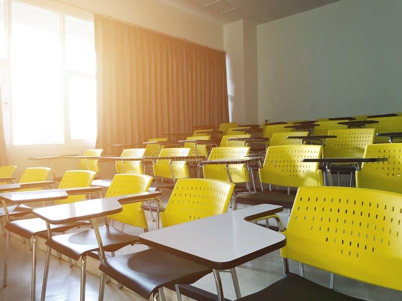 Cadeira vazia da leitura na universidade da sala de aula com manhã da luz do sol foto de stock royalty free