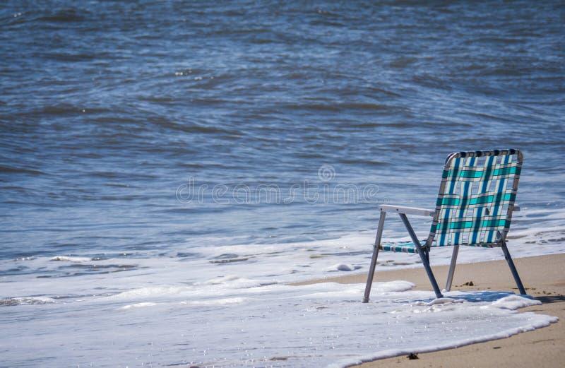 Cadeira vazia na praia imagem de stock royalty free