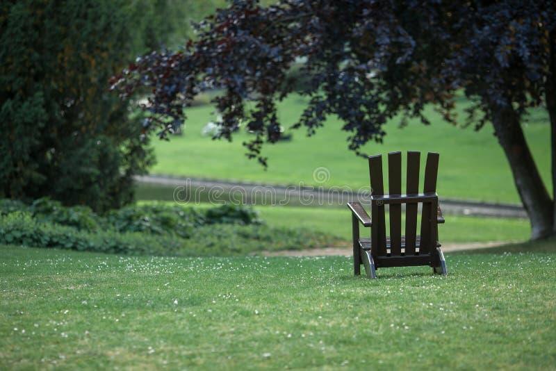 Cadeira vazia no parque imagens de stock