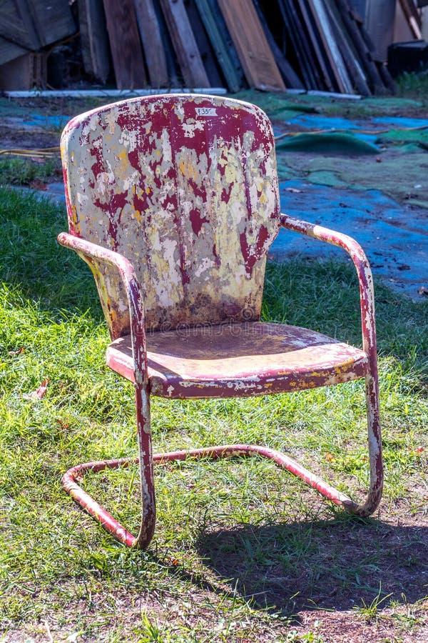 Cadeira velha do metal com descascamento da pintura imagem de stock royalty free