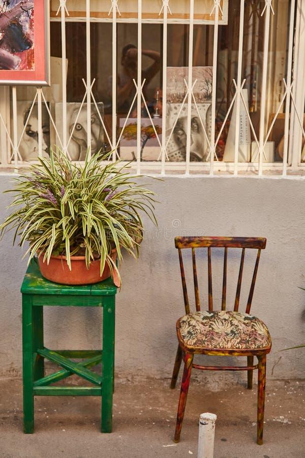 Cadeira verde com planta Tbilisi velho imagem de stock royalty free