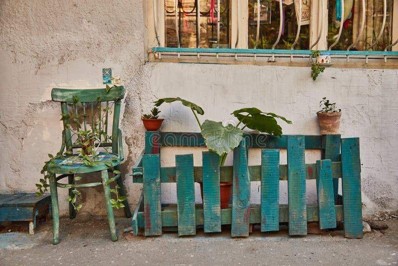 Cadeira verde com planta Tbilisi velho fotos de stock