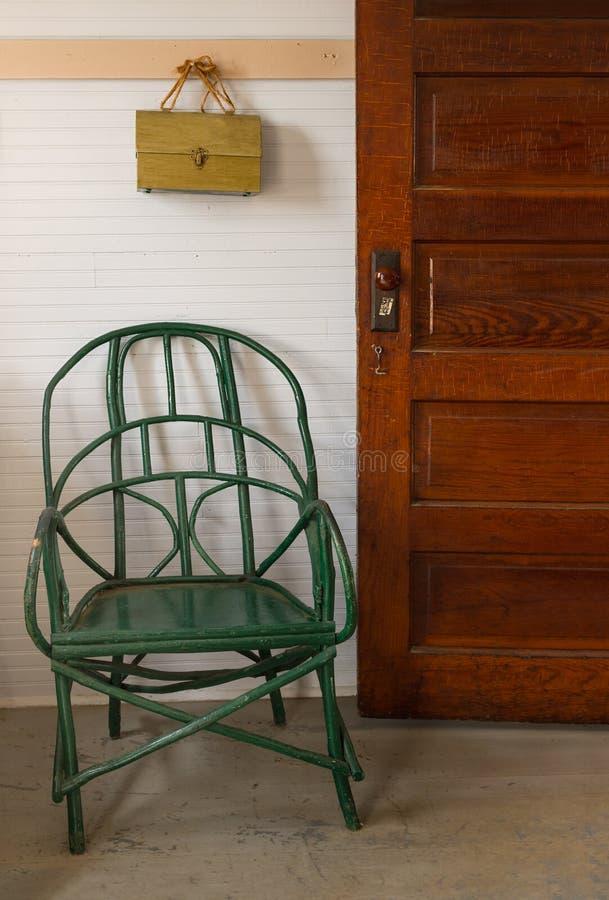 Cadeira verde na entrada da sala de aula fotografia de stock royalty free